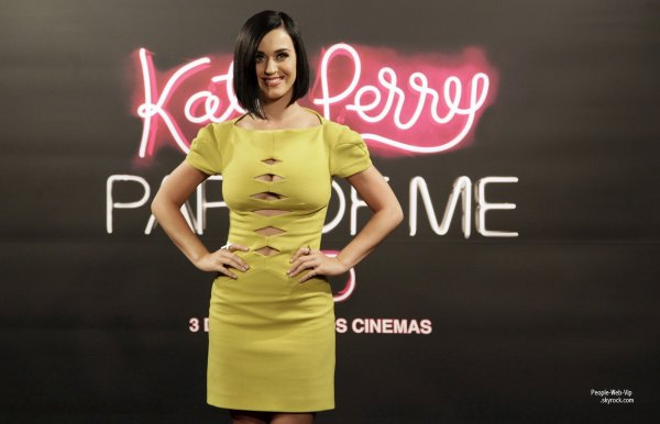   Katy Perry avec une robe ... euh voila .. pour la promo de son film Katy Perry: Une partie de moi en 3D  au Brsil. (lundi (Juillet 30)  Rio de Janeiro) 