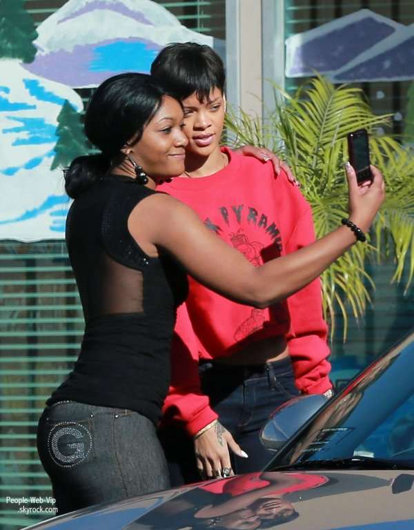  Rihanna aperu avec son beau Chris Brown dans les rues de L.A. . . . Non non, ils ne sont pas ensemble .. Hum :-)  ( mercredi (Janvier 2)  Los Angeles.) 