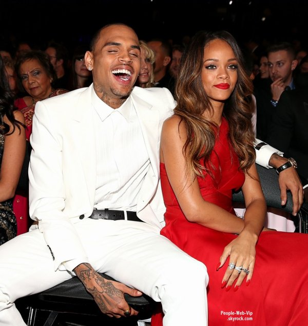  &quot;Et si Rihanna et Chris Brown s'taient fiancs&quot;  Le couple Rihanna/Chris Brown pendant la crmonie des Grammy Awards ! Tiens, tiens, la chanteuse portait un anneau pav de diamants  l'annulaire gauche.  ( dimanche (Fvrier 10) au Staples Center  Los Angeles.) 