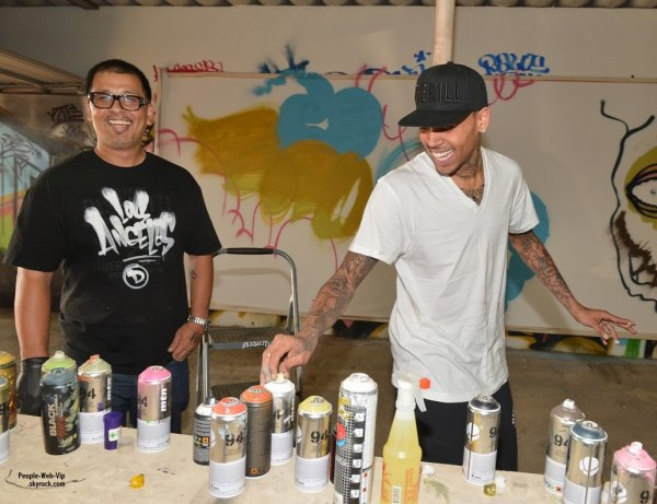  Chris Brown s'associe  graffeur Slick pour crer une uvre d'art originale  mettre aux enchres pour une association. ( vendredi (Mars 15)  Gardena, Californie) 