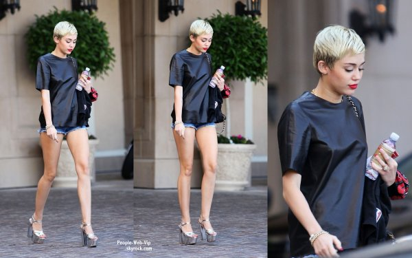  Miley Cyrus aperue avec ses longues jambes prs de son hotel. (lundi (22 Avril)  Beverly Hills, en Californie) 