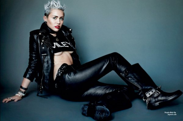  Miley Cyrus : La chanteuse de 20 ans se dnude pour le magazine &quot; V &quot; Qu'en pensez vous? 