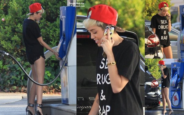  Miley Cyrus porte un T-shirt  &quot;Sex, Drugs &amp; Rap&quot; a t aperue a une station d'essence  (mardi (30 Avril)  Studio City, en Californie) 