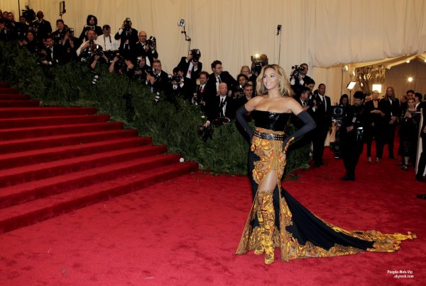     LE TAPIS ROUGE DE LA CRMONIE DES MET GALA 2013 ! OU TROUVER LES PIRES LOOKS DES STARS ? C'EST BIEN AU MET GALA !    Beyonc, Anne Hathaway, Ashley Greene et Blake Lively  (au Metropolitan Museum of Art, le lundi (le 6 mai)  New York.) 